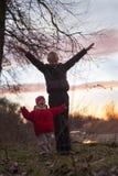 日落的两个孩子 免版税库存照片