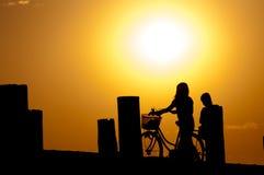 日落的人们在U bein桥梁, Taungthaman 免版税库存图片