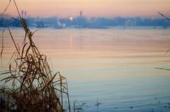 日落的伊尔库次克俄罗斯安加拉河 图库摄影