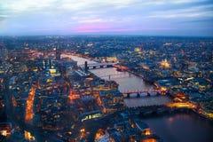 日落的伦敦市全景 第一夜光 库存照片