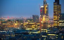 日落的伦敦市 著名摩天大楼伦敦市事务和银行业务唱腔视图在黄昏 伦敦英国 图库摄影
