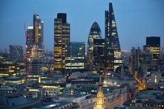 日落的伦敦市 著名摩天大楼伦敦市事务和银行业务唱腔视图在黄昏 伦敦英国 库存照片