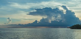 日落的佛罗里达群岛与暴风云 库存图片