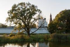 日落的俄国修道院 库存照片