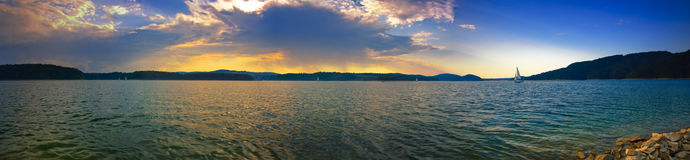 日落的全景图象在Solina湖的 库存图片