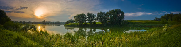 日落的全景在湖的 图库摄影