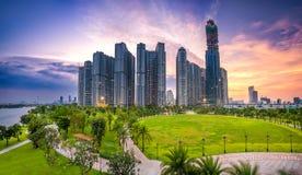 日落的全景摩天大楼与天空印象深刻在公寓, 免版税库存图片
