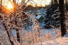 日落的冬天村庄 免版税库存图片