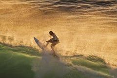日落的冲浪者在毛伊的Honolua海湾 免版税库存照片
