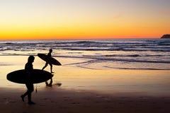 日落的冲浪者,葡萄牙 库存照片