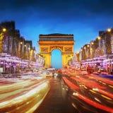 日落的凯旋门巴黎市-胜利和冠军曲拱  图库摄影