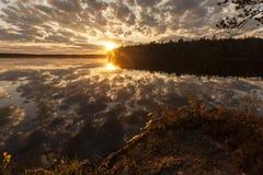 日落的卡累利阿,俄罗斯美丽的沈默镇静湖 免版税图库摄影
