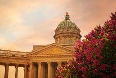 日落的圣彼德堡,俄罗斯喀山大教堂 免版税库存照片