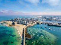 日落的圣马洛湾私掠船及船长和船员美丽的城市的鸟瞰图在布里坦尼,法国 免版税库存照片