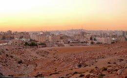 日落的城市在阿曼,约旦- 2008年11月5日。城市大厦。 免版税库存照片