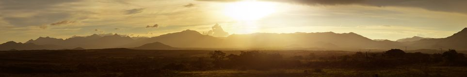 日落的大全景在多山密林  免版税图库摄影