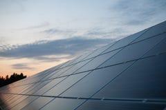 日落的太阳能发电厂 免版税库存图片