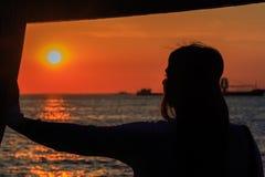日落的女孩 库存照片