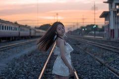 日落的女孩 免版税图库摄影