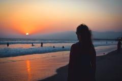 日落的妇女在海滩或海洋 夏天风景加利福尼亚 圣莫尼卡海滩 免版税库存图片