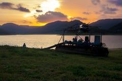 日落的孤独的农夫 免版税图库摄影
