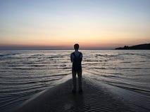 日落的孤独的男孩 免版税库存照片