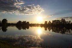 日落的安静的湖 免版税图库摄影