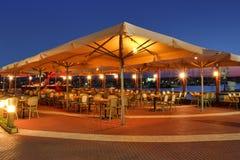 日落的室外餐馆。 库存图片