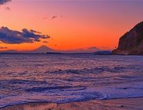 日落的富士山与海岸线和海滩 免版税图库摄影