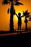 日落的小女孩 免版税库存照片