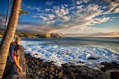 日落的少妇在凯卢阿小纳海岸在夏威夷 免版税图库摄影