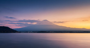 日落的山富士和湖川口 图库摄影