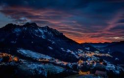 日落的山村与云彩 图库摄影