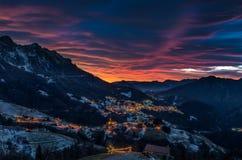 日落的山村与云彩 库存照片