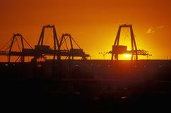 日落的工厂设备在长滩,加州 库存照片