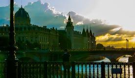 日落的巴黎从在河塞纳河-建筑学和历史大厦美丽的景色的桥梁与传神分类 免版税库存图片