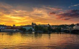 日落的布拉格城堡和伏尔塔瓦河河 免版税库存图片