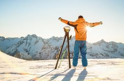 日落的年轻专业滑雪者在法国阿尔卑斯放松片刻 免版税库存图片