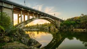 日落的彩虹桥在Folsom,加州 免版税库存照片