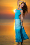 日落的微笑的金发碧眼的女人 免版税库存照片