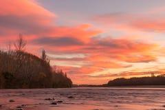 日落的惊人的看法在Waimakariri河的 库存照片