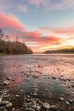 日落的惊人的看法在Waimakariri河的 免版税库存照片