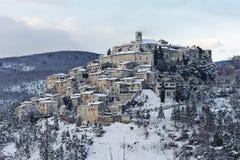 日落的意大利中世纪村庄在降雪以后 图库摄影