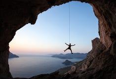 日落的攀岩运动员 图库摄影