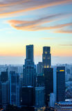 日落的新加坡摩天大楼 免版税图库摄影