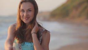 日落的无忧无虑的妇女在海岛海滩。 股票录像