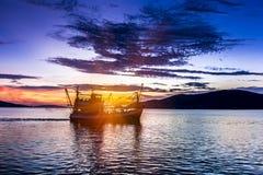日落的时期 钓鱼泰国湾的渔船 免版税库存图片