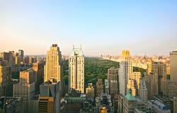 日落的曼哈顿地平线和中央公园 免版税图库摄影