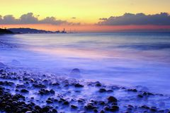 日落的有雾的海运 库存照片