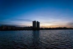 日落的柏林-在河狂欢附近的公寓塔在克罗伊茨贝格 库存图片